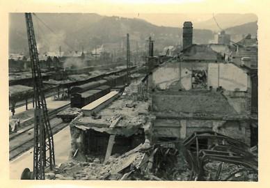 Zug hält im Bomben-Trümmerfeld
